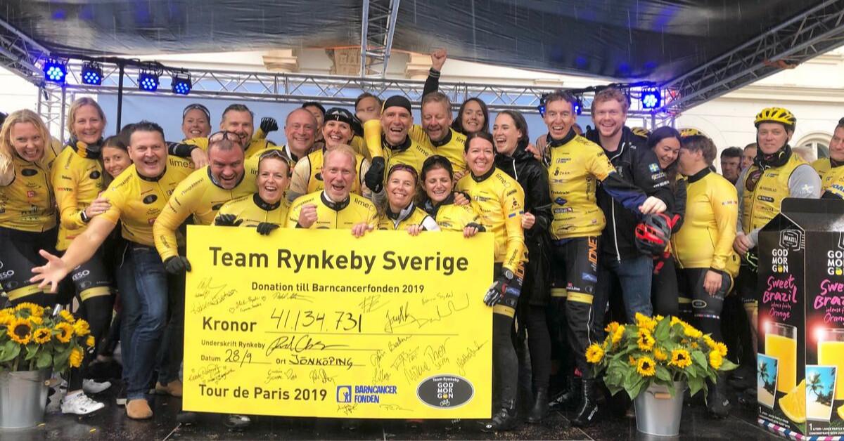 Team Rynkeby lämnar över check till Barncancerfonden