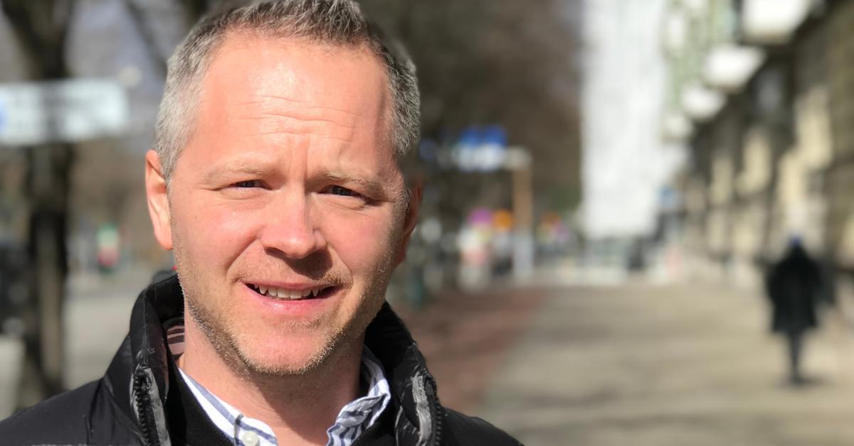Konsultchef Tobias Lindberg står i solen på en gata i Malmö